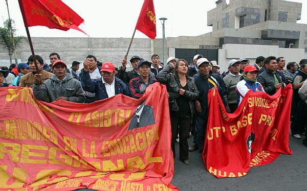 Sector radical del Sutep suspendió huelga indefinida y retorna a aulas el lunes