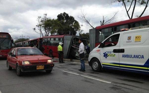 Bogotá: bus del Transmilenio se partió por la mitad tras choque