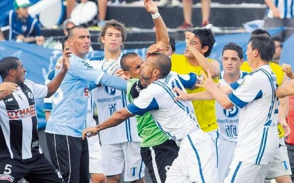 Árbitro expulsó 16 jugadores por batalla campal en el fútbol de Uruguay