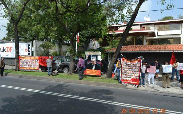 Movadef también está en México: proterroristas colocaron banderas en embajada peruana