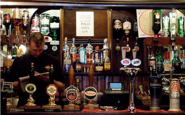 Cientos de pubs ingleses cierran por subida de los impuestos a la cerveza