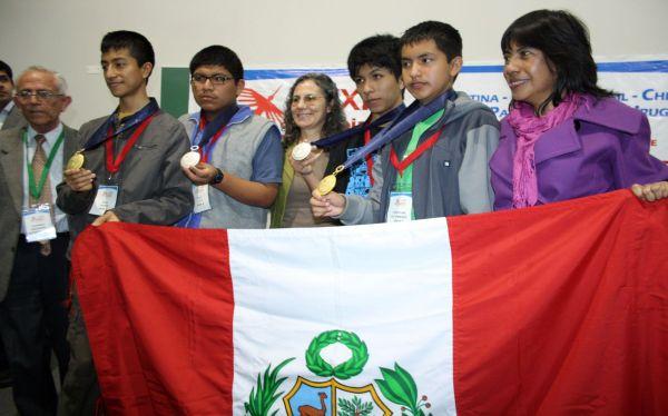 Escolares peruanos ganaron medallas de oro en olimpiada de matemáticas