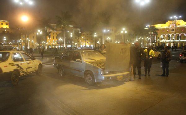 Incendio de auto a cinco metros de Palacio de Gobierno causó alarma