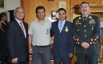 Periodistas que auxiliaron a policía golpeado en La Parada fueron condecorados - Noticias de percy huamancaja
