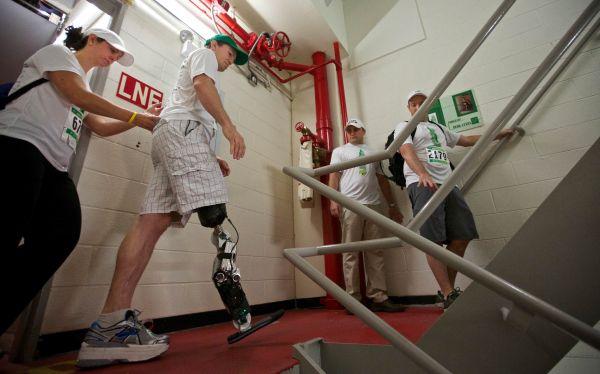 Proeza en EE.UU.: Un hombre sube a rascacielos de 103 pisos con una pierna biónica