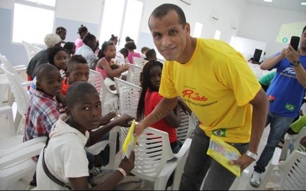 Rivaldo con 40 años dejó abierta la puerta del retiro tras jugar en Angola