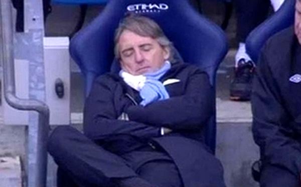 ¿Técnico del Manchester City se quedó dormido durante un partido?