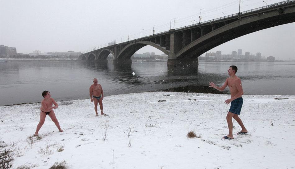 FOTOS: nadadores extremos de Siberia van a la playa a temperaturas bajo cero
