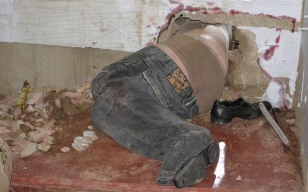 Preso se quedó atascado en una pared al intentar huir de una cárcel