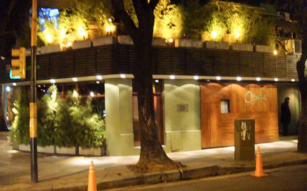 Asaltan a un hombre en la puerta de restaurante peruano en Argentina