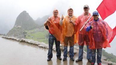Pilotos peruanos firmaron autógrafos en Machu Picchu