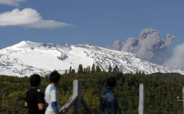 Alerta amarilla por erupción de volcán Copahue en frontera Argentina - Chile