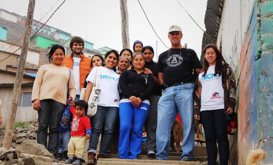 FOTOS: Los pilotos peruanos del Dakar celebraron la Navidad con niños
