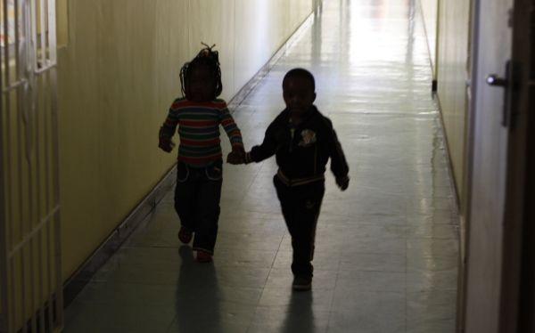 Siete países africanos redujeron a la mitad las infecciones con VIH en niños
