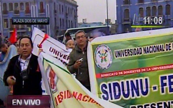 Estudiantes y docentes marchan contra ley universitaria en el centro de Lima