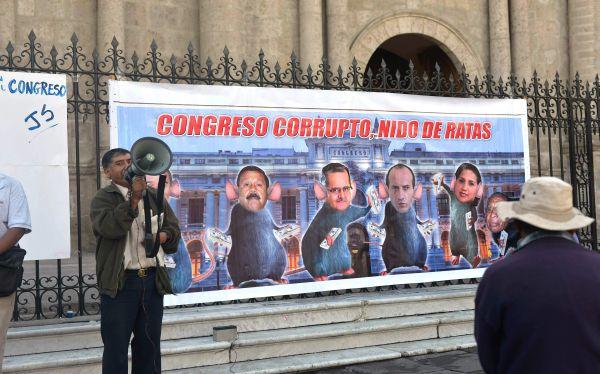 Arequipa: jóvenes instalan 'muro de la vergüenza' por repartija en el Congreso