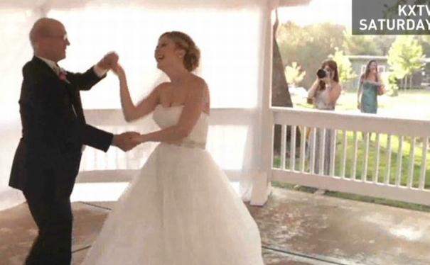El conmovedor caso de la mujer que armó una boda falsa para bailar con su padre moribundo
