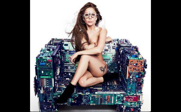 Lady Gaga vuelve a desnudarse y anuncia novedades sobre
