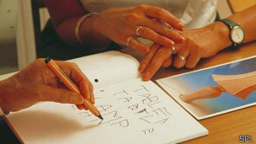 ¿Qué tan difícil es aprender a escribir con la mano menos hábil?