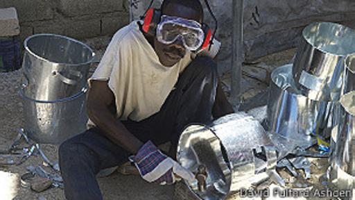 D&E Green Enterprises usa trabajadores y materiales locales para sus hornillos.