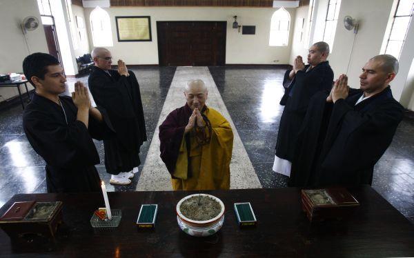 Aquí la senséi Jisen Oshiro con cuatro de sus discípulos en el templo reconstruido con losetas, adonde llegarán más de 50 monjes zen de Japón, EE.UU. y Europa. (Paul Vallejos)
