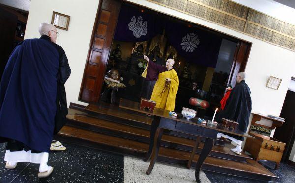 La senséi Jisen Oshiro dirige delante del renovado altar del Buda, con imágenes de dos patriarcas del zen, la ceremonia a los antepasados. (Paul Vallejos)
