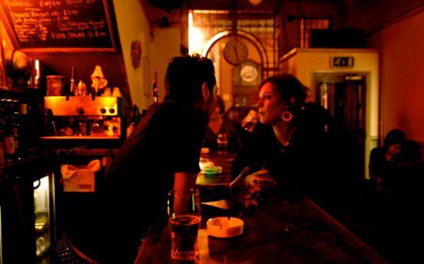 Cómo conseguir que te atiendan más rápido en un bar, según un estudio