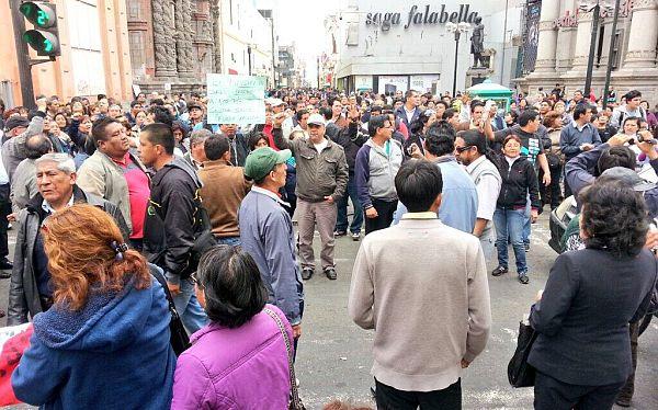 Más de cien personas llegaron al jirón De la Unión para entrar a la Plaza de Armas. (Iván Álvarez / El Comercio)