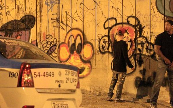 Justin Bieber pintando un graffiti en Río de Janeiro, Brasil. (Foto: OGlobo/ GDA)