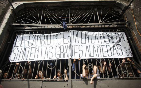 Chile: estudiantes toman la sede central de Michelle Bachelet