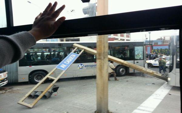 Un bus del Metropolitano protagonizó un nuevo accidente de tránsito. (Foto: @cmathews77)