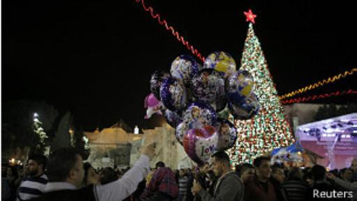 Prenden las luces del árbol de Navidad en Belén