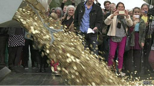 Activistas por un ingreso básico universal arrojan ocho millones de monedas frente al Parlamento.