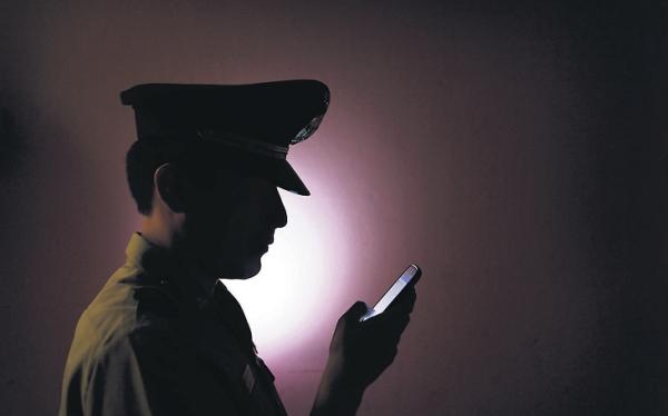 El Policía Chévere cuenta la razones de su éxito en Twitter